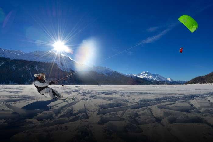 Eine Person alpines Snowkiten