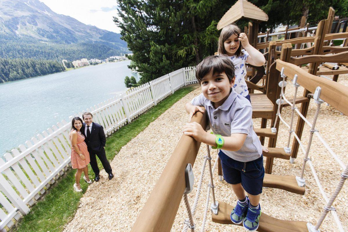 Familie Leuenberger vor dem Hintergrund des St. Moritzersees