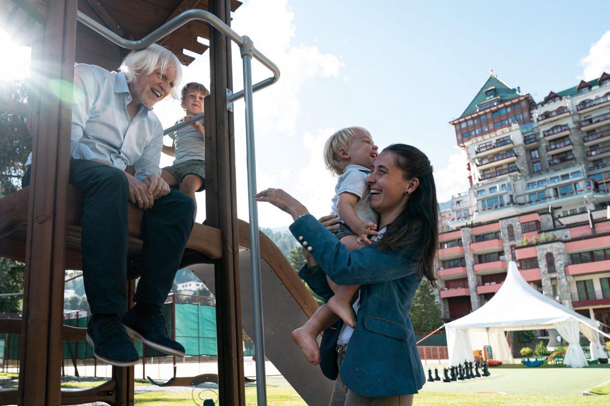 Robert, seine Frau und seine zwei Söhne geniessen den Kinderspielbereich im Badrutt's Palace