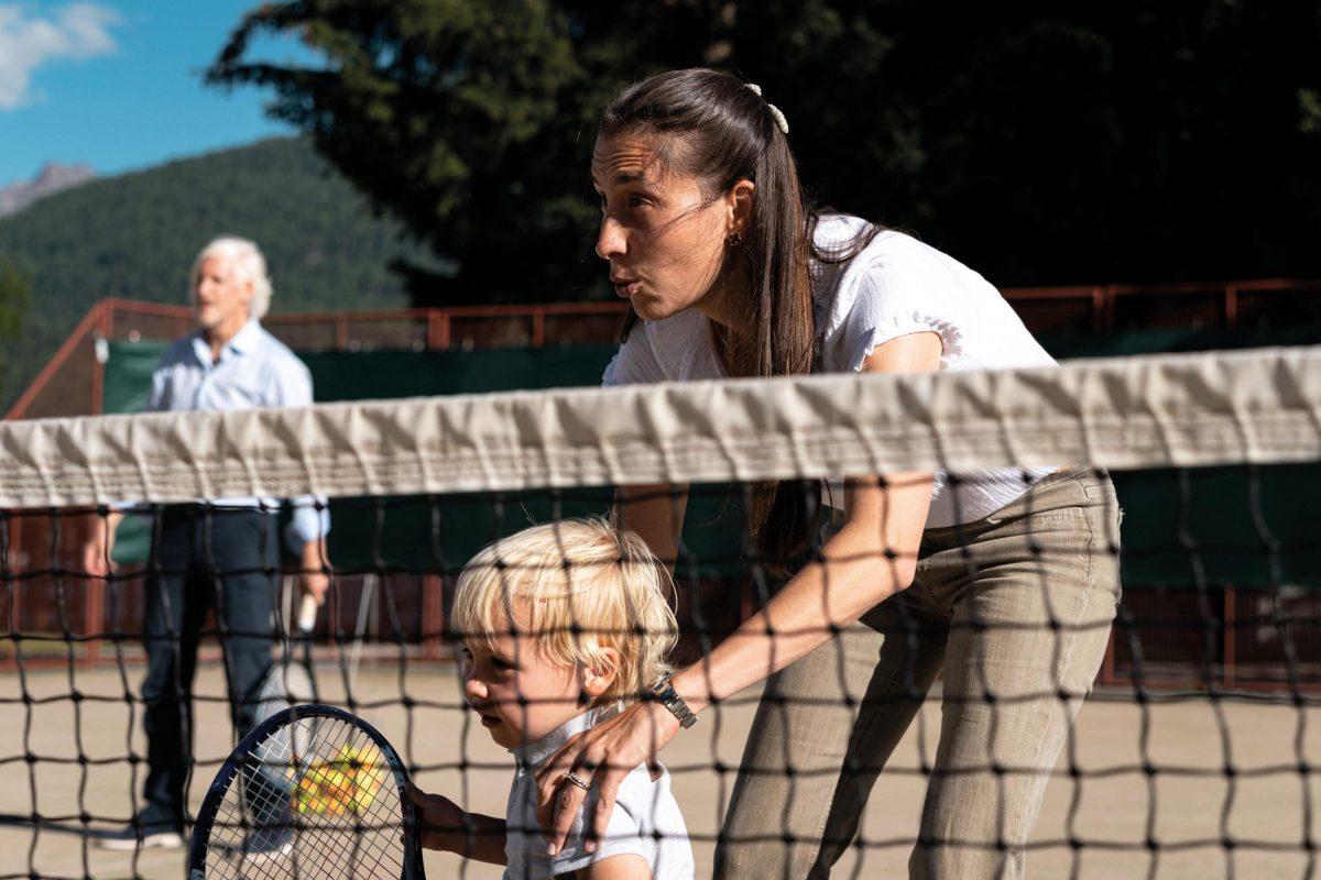 Die Familie Edsel spielt Tennis im Hotel