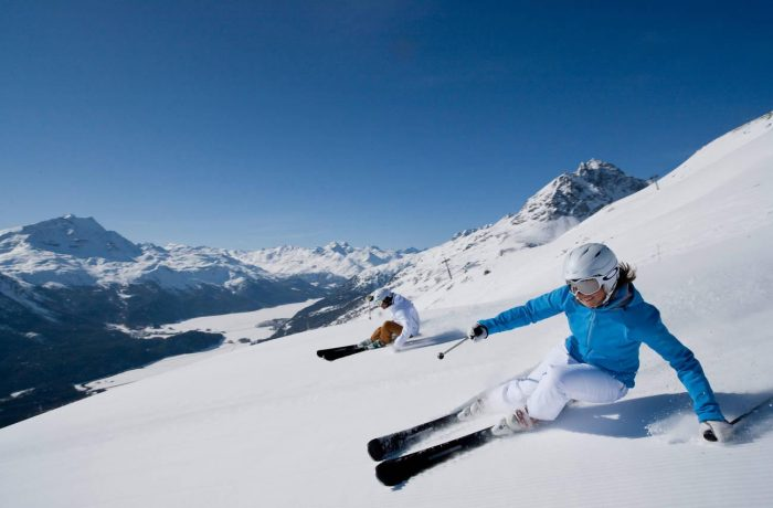 Die Hänge von St. Moritz unter blauem Himmel und strahlender Sonne