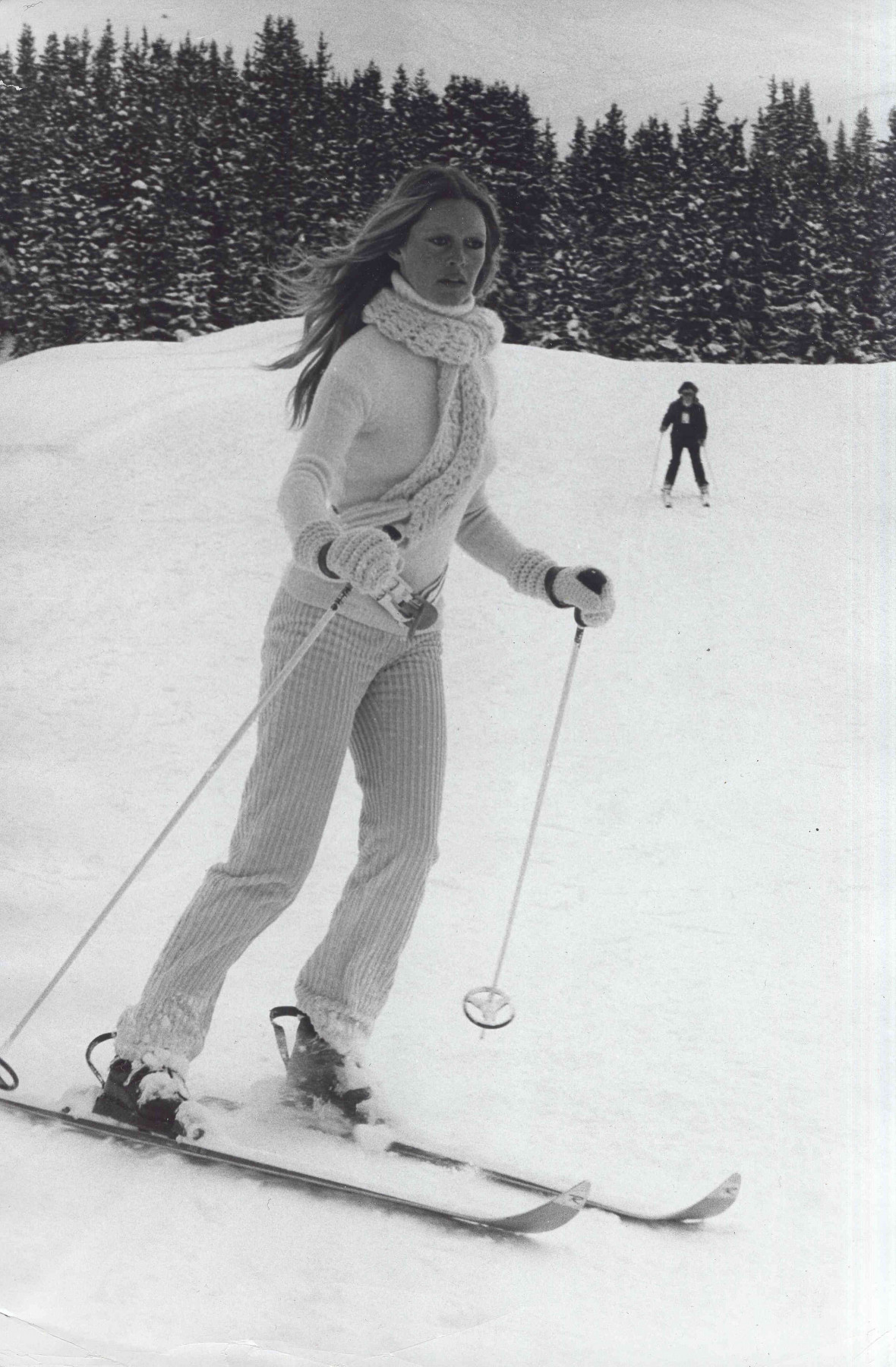 Old black and white picture of Brigitte Bardot skiing