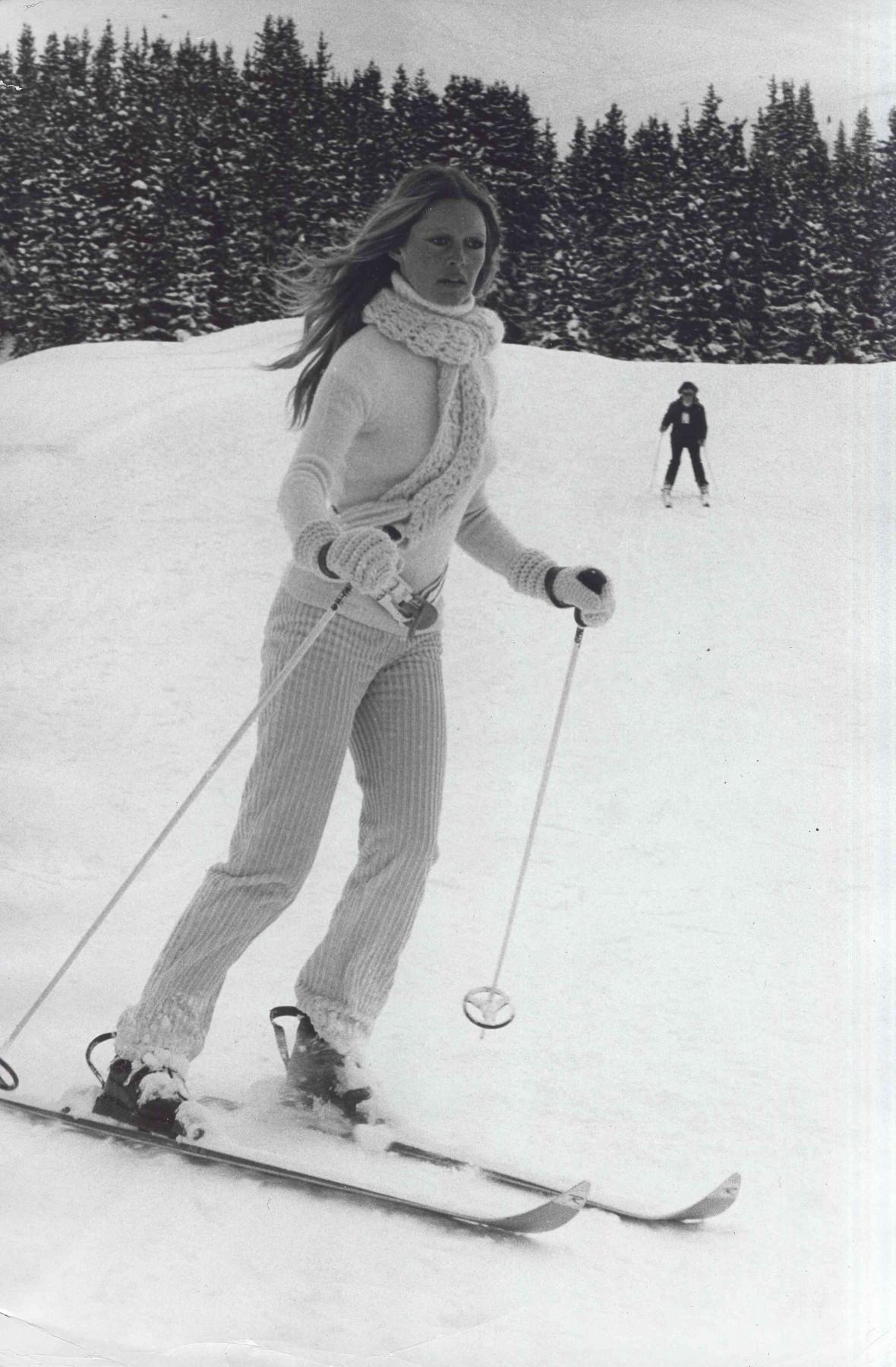 Altes Schwarzweissbild von Brigitte Bardot beim Skifahren