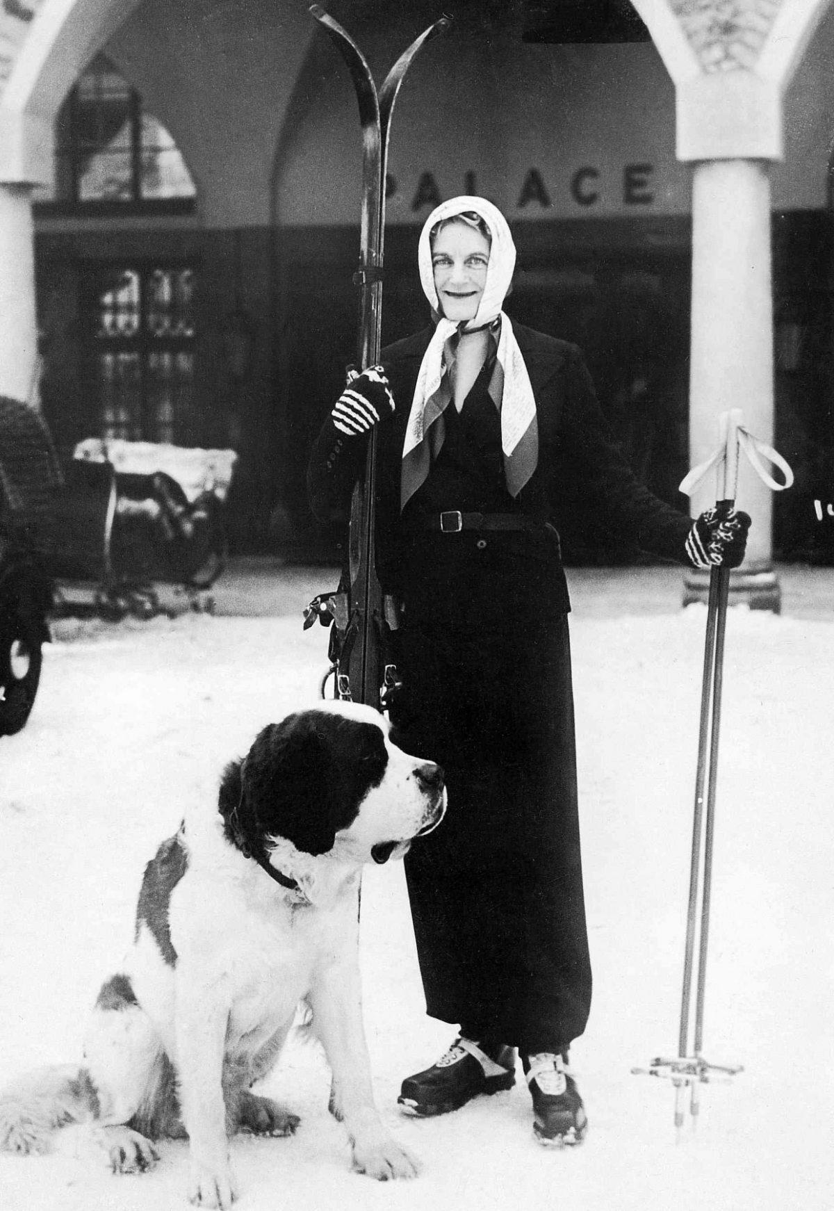 Schwarzweissbild von Clementine Churchill und Hund in St. Moritz